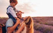 une famille dans un champ de lavande