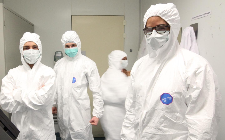 Des hommes en tenue de laboratoire