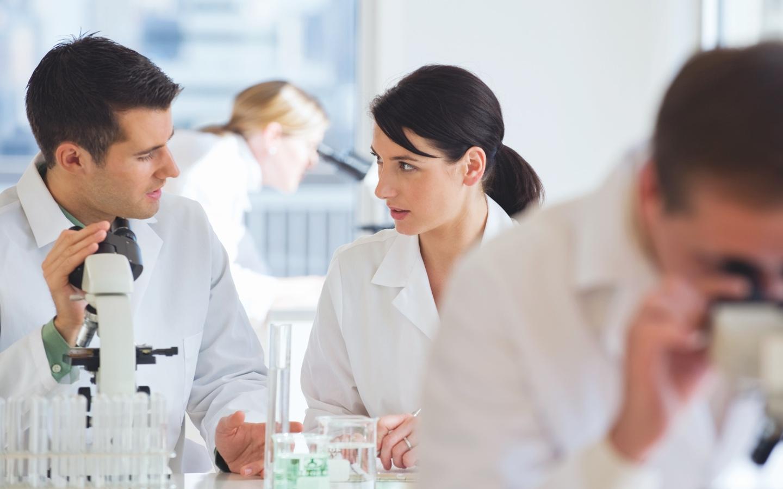 Un homme et une femme dans un laboratoire
